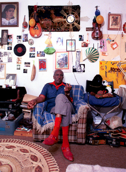 Howard Armstrong at home, Detroit, Michigan, February 18, 1988, photograph by Laurie Sommers, courtesy Michigan Traditional Arts Program, Michigan State University Museum