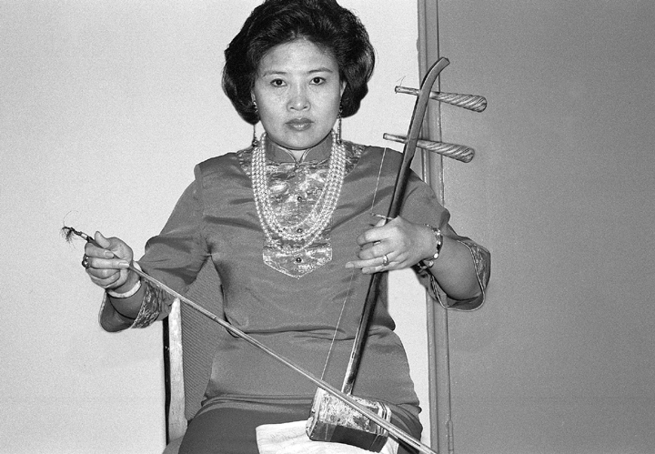 Chinese American *jing-erhu* player Bao Mo-Li toured extensively as a member of the Shanghai Beijing Opera Company. Since moving to the United States, she has established herself as a lead instrumental performer, teacher and vocal coach. Washington, D.C., 1995, photograph by Alan Govenar