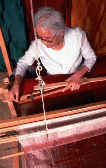 After the fabric is advanced, Em Bun replaces the temple which keeps the fabric taut. Harrisburg, Pennsylvania, photograph by Blair Seitz, courtesy National Endowment for the Arts