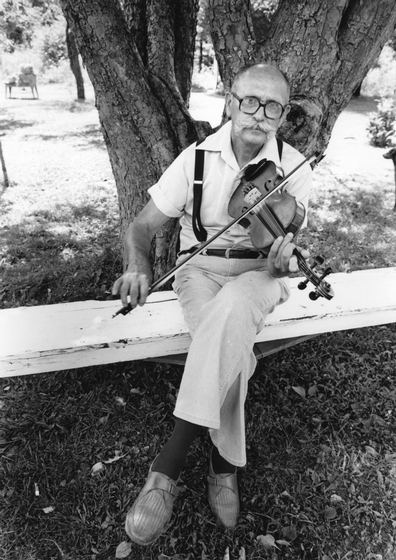 Clyde Davenport at Virgil Anderson's home, Wildcat Rock City, July 4, 1987, photograph by Bob Fulcher, courtesy Tennessee Arts Commission