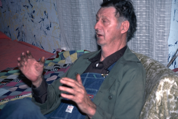 Ray Hicks telling a Jack tale in his living room, Banner Elk, North Carolina, 1991, photograph by Alan Govenar