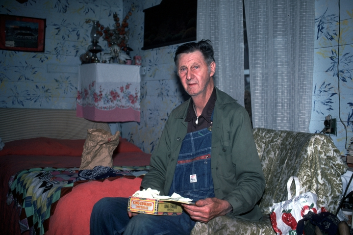 Ray Hicks in his living room, Banner Elk, North Carolina, 1991, photograph by Alan Govenar