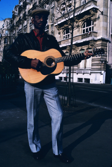 John Dee Holeman, Paris, France, photograph by Alan Govenar
