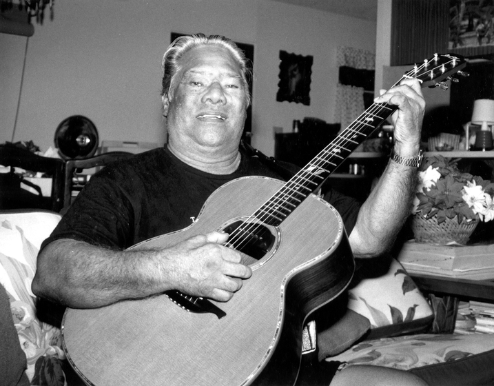 Raymond Kane in his living room, Wai'anae, Hawaii, 1991, photograph by Alan Govenar
