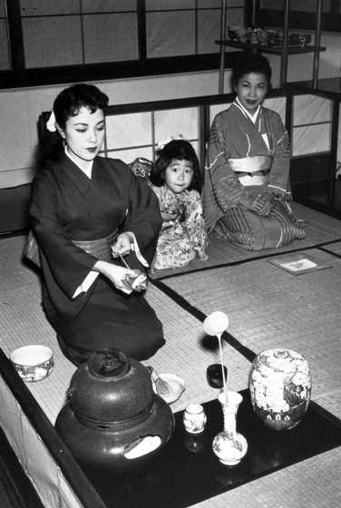 Sosei Shizuye Matsumoto, tea ceremony, 1951, courtesy National Endowment for the Arts