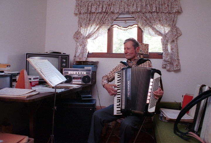 Art Moilanen at home, Mass City, Michigan, September 27, 1989, photograph by Alan R. Kamuda, courtesy Michigan Traditional Arts Program, Michigan State University Museum