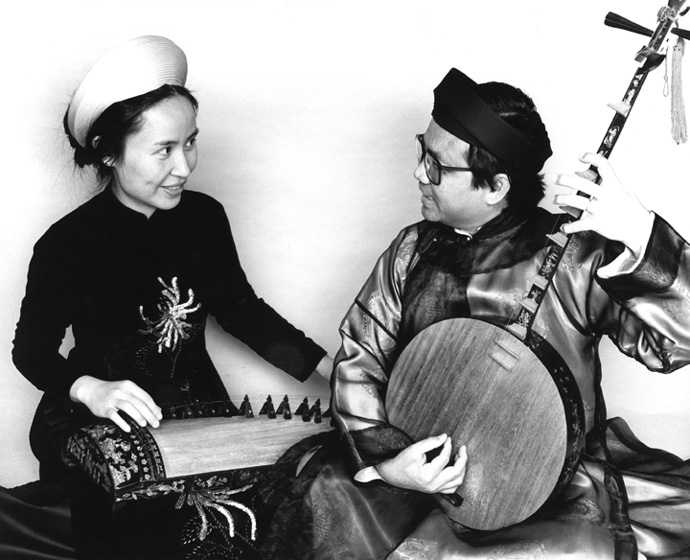 Tuyen Tonnu (*dan tranh* zither) and Phong Nguyen (*dan nguyet* lute), courtesy Phong Nguyen