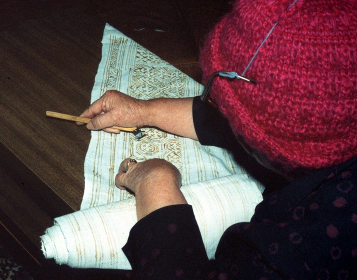 Yang Fang Nhu at work, Providence, Rhode Island, August 1985, photograph by Winifred Lambrecht, courtesy Rhode Island State Council on the Arts