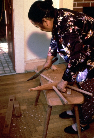 Yang Fang Nhu combs threads in her home, Providence, Rhode Island, August 1985, photograph by Winifred Lambrecht, courtesy Rhode Island State Council on the Arts