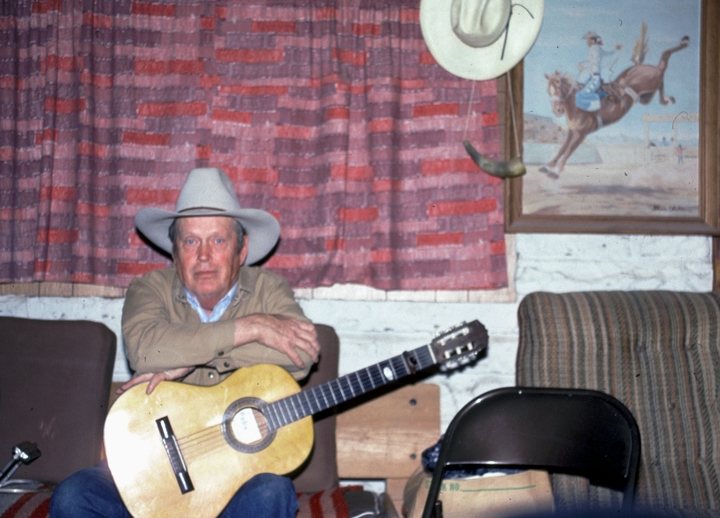 Glenn Orhlin in his living room, Mountain View, Arkansas, 1991, photograph by Alan Govenar
