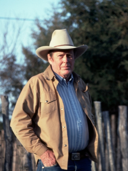 Glenn Orhlin outside his house, Mountain View, Arkansas, 1991, photograph by Alan Govenar