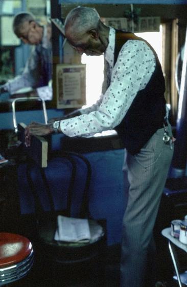 Elijah Pierce at work, Columbus, Ohio, 1977, photograph by Alan Govenar