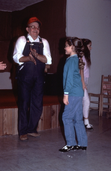 Robert Spicer with students at Granny's, Dickson, Tennessee, December 13, 1984, photograph by Robert Cogswell, courtesy Tennessee Arts Commission