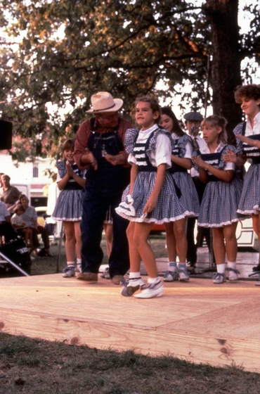 Robert Spicer with students at the Northwest Tennessee Heritage Festival, Martin, Tennessee, September 21, 1985, photograph by Robert Cogswell, courtesy Tennessee Arts Commission