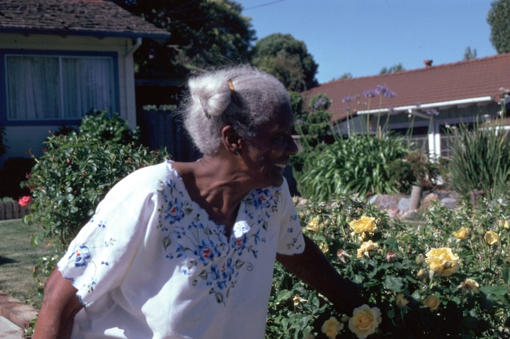 Arbie Williams in front of her home, Richmond, California, 1990, photograph by Alan Govenar