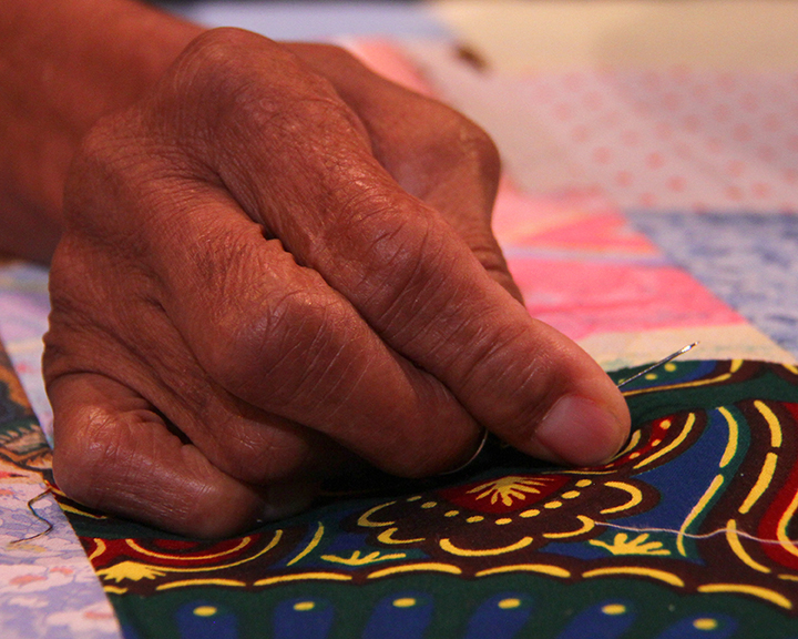 Mary Lee Bendolph quilting at the 2015 National Heritage Fellowship Concert, Washingto, D.C., Photograph by Michael G. Stewart.