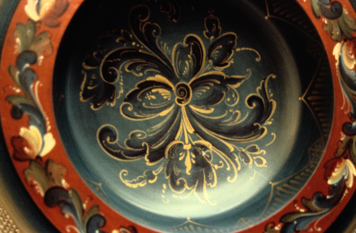 Eldrid Arntzen, detail of inside cover of covered pedestal bowl painted in Telemark style; 1996, courtesy Eldrid Arntzen