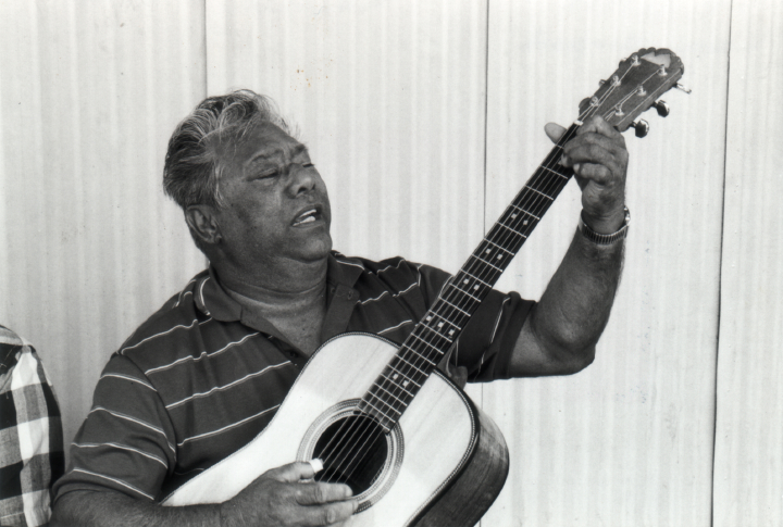 Raymond Kane, Lanai Airport, May 2, 1987, photograph by Lynn Martin, courtesy The State Foundation on Culture & the Arts