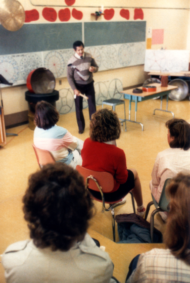 Elliot Mannette is shown lecturing for a group of music educators in Seattle, Washington, Photograph by Kaethe George, Courtesy Mannette/George Private Archival Collection