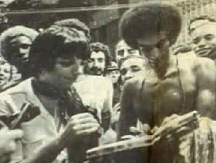 Carlinhos Pandeiro de Ouro signing his *pandeiro* for Liza Minelli, Carnaval, Rio de Janeiro, Brazil, 1972, Courtesy Carlinhos Pandeiro de Ouro